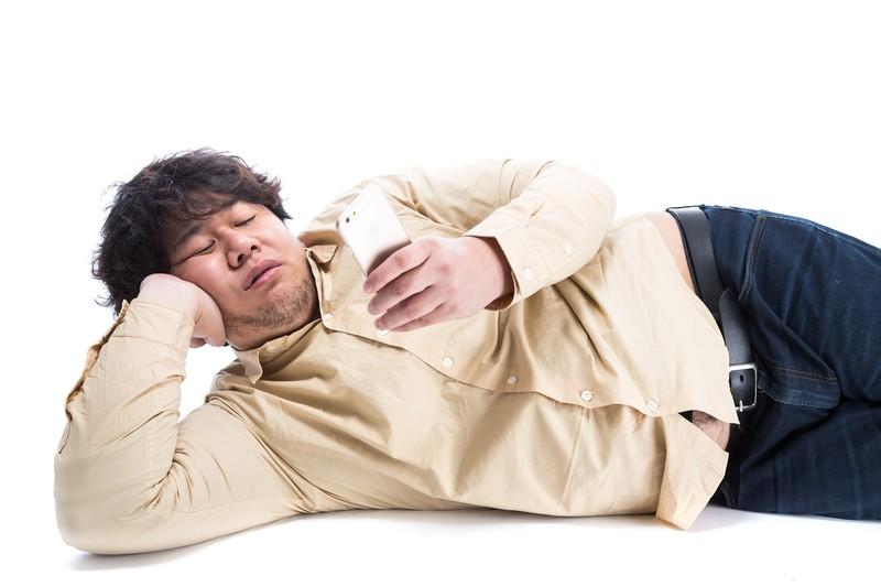 スマホを見ながら寝るのはおすすめしません。