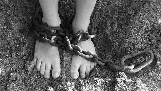 鎖に繋がれる、囚人