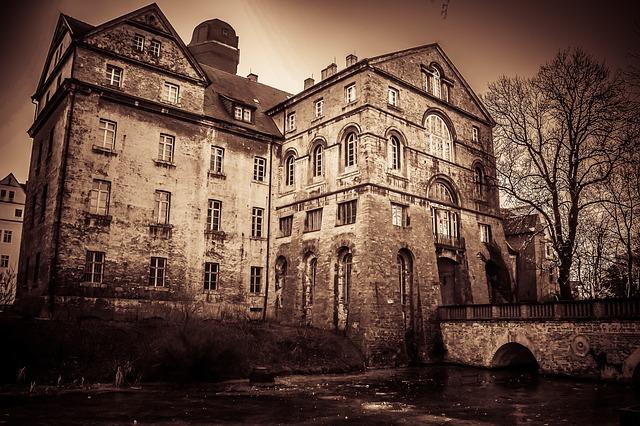 幽霊屋敷、廃屋